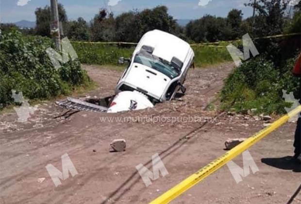 Socavón se traga pipa de gas LP en Huejotzingo