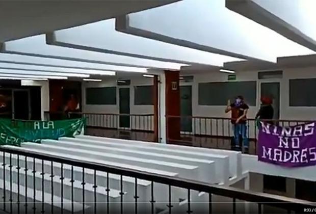 VIDEO Feministas no se irán del Congreso hasta que se legalice el aborto en Puebla
