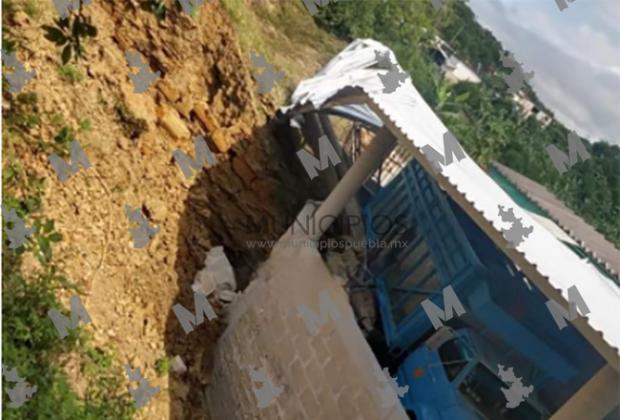 Por falla geológica carretera y casas quedan sepultadas en Hueytamalco