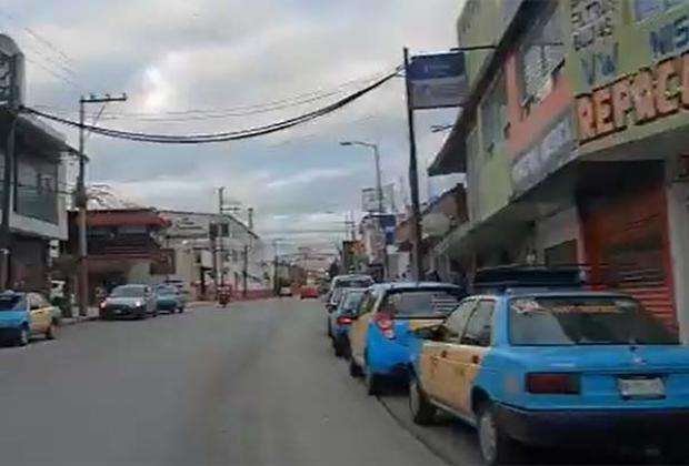 VIDEO Taxistas de Texmelucan hacen convoy para recibir a compañero ejecutado