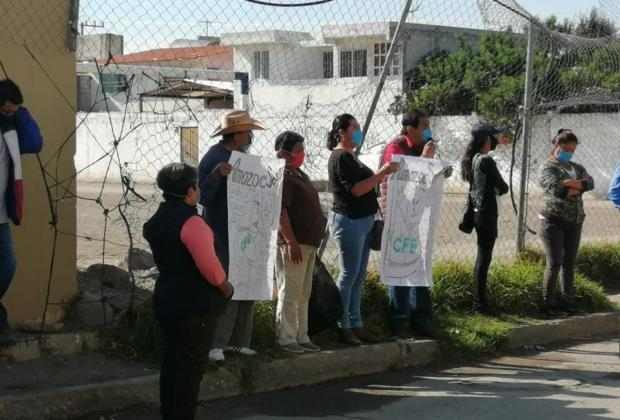 Por altas tarifas en recibos de luz, se manifiestan pobladores de Amozoc