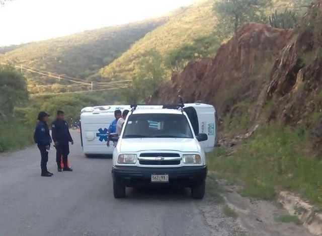 Ambulancia SUMA 103 se impacta y vuelca en Xayacatlán