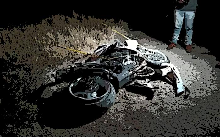 Muere hombre al chocar su moto con un árbol en Izúcar