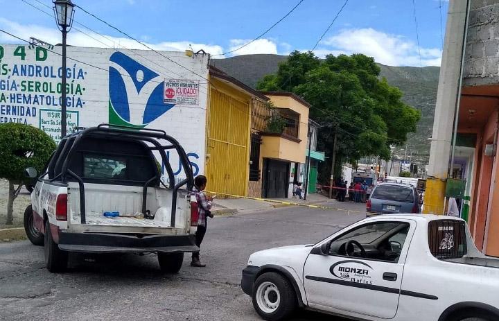 A balazos, asesinan a dos personas en hojalatería de Tecamachalco