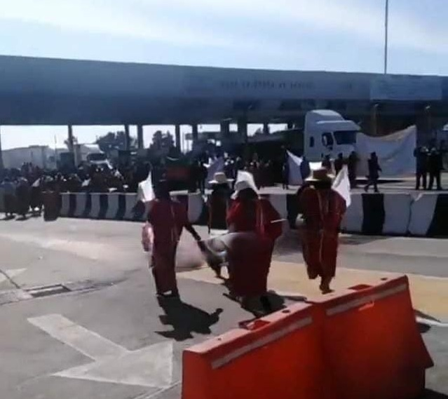 Manifestantes de Oaxaca toman caseta de Amozoc