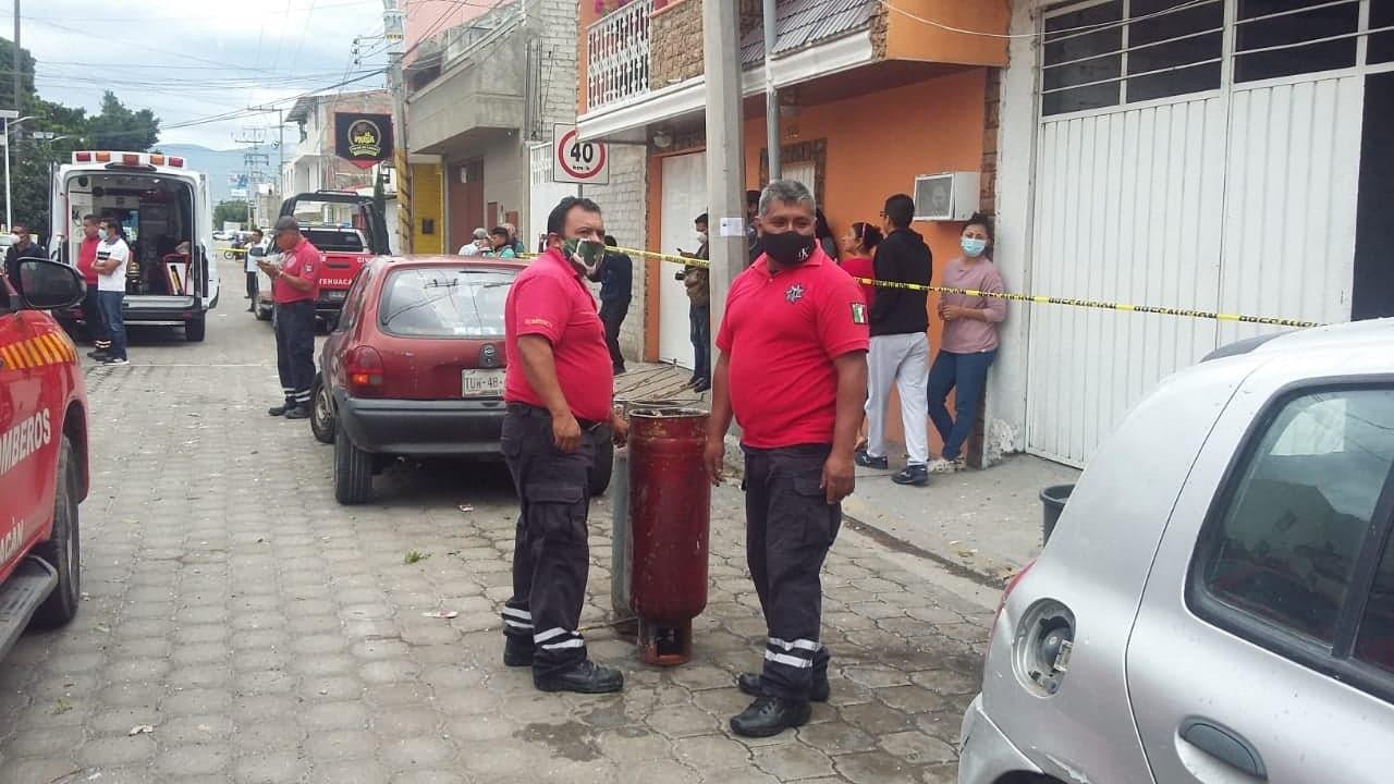 Estalla tanque de gas en Tehuacán y bomberos llegan sin agua para sofocar el fuego