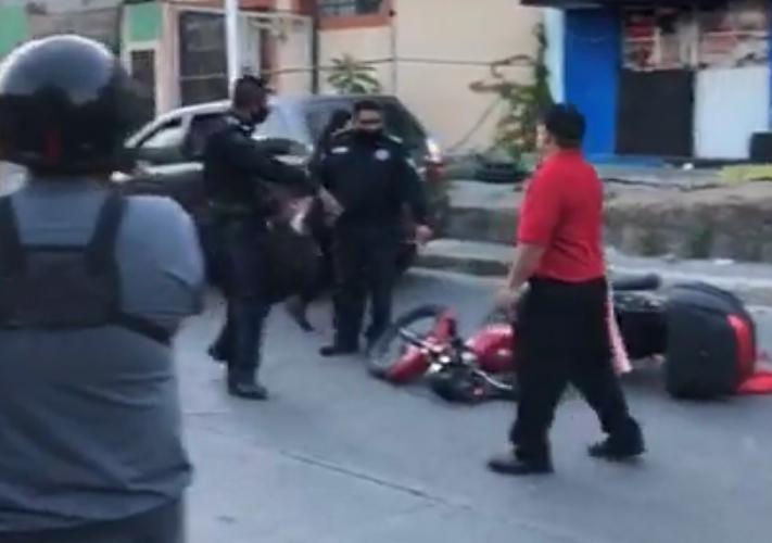 Taquero en moto se estrella de frente con auto mal estacionado en Atlixco