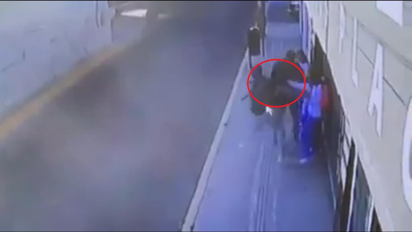 VIDEO Con pistola eléctrica, universitarias se salvan de asalto