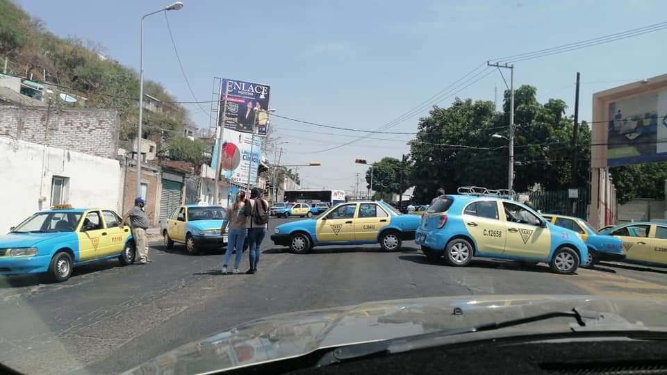 Taxistas bloquean acceso a Izúcar