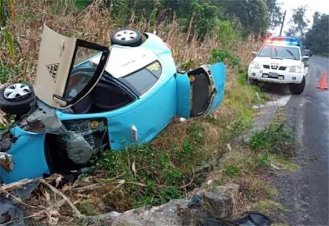 Volcadura en Zacapoaxtla deja un taxista herido de gravedad