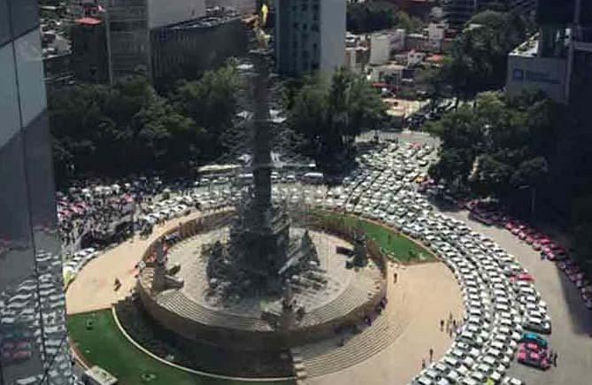 Cientos de taxistas toman el Ángel de la Independencia
