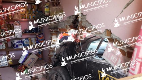 Taxi termina dentro de una tienda tras persecución en Puebla