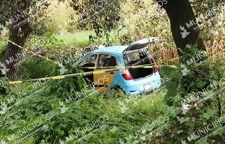 Hallan ejecutados dentro de taxi en Nativitas; uno sería de Texmelucan