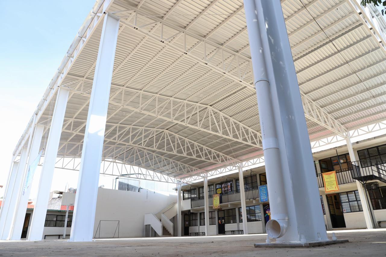 El edil de Zacatlán entregó techados para plazas cívicas