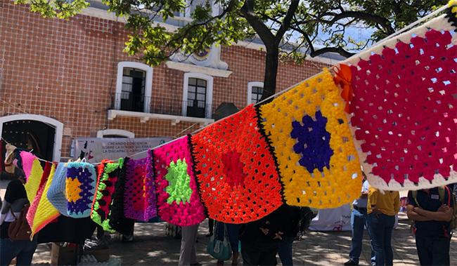 Donan carpetas tejidas en Atlixco para promover la inclusión social