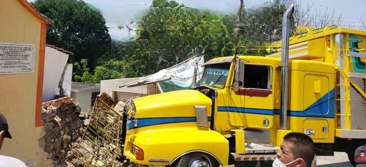 Camión pierde frenos e impacta contra vivienda en Tenampulco