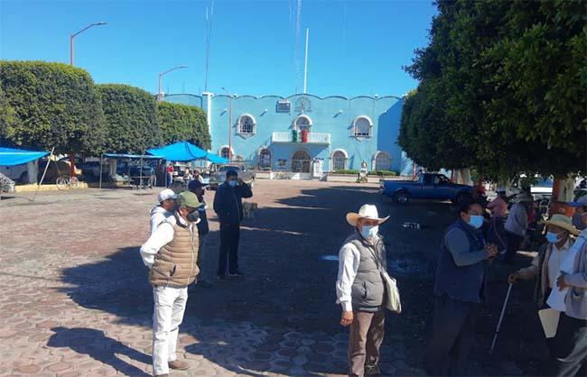 Campesinos de Teotlalcingo retiran protesta tras entrega de recursos