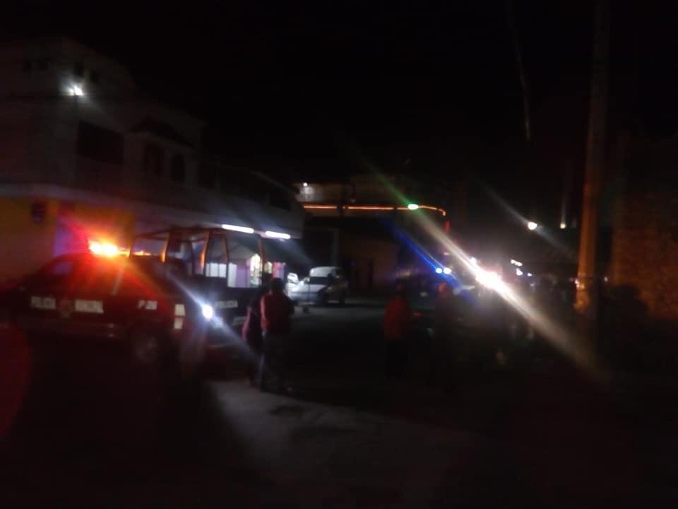 Tras persecución vuelca pipa de gas LP en calles de Tepeaca y desalojan a familias