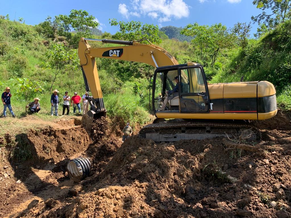 Continúan desbloqueando tramos carreteros en Hermenegildo Galeana y Tepatlán