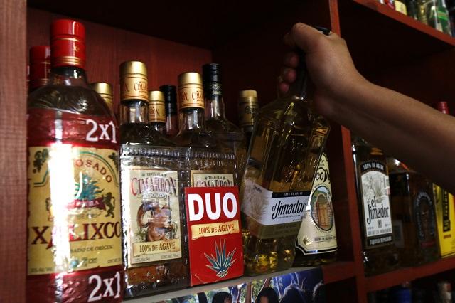 Tras 76 muertes por alcohol adulterado, regularán bebidas en Puebla