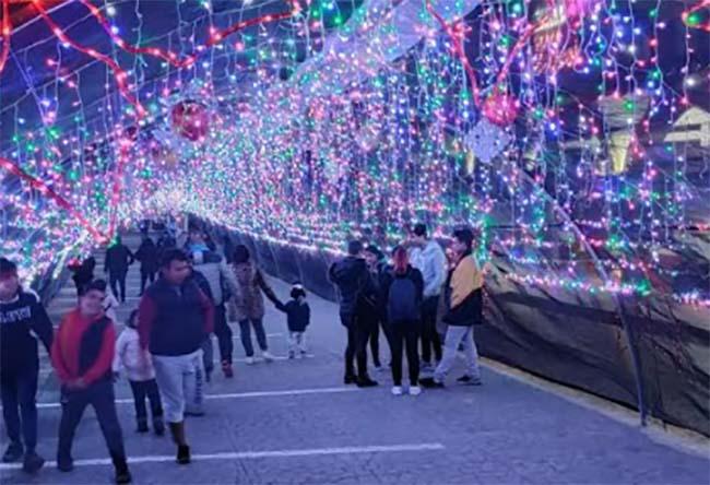 En Tetela colocan iluminación navideña por fin de año