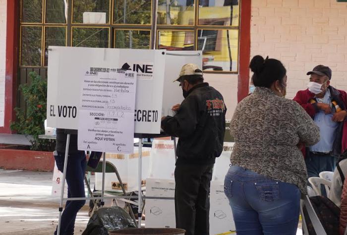 Con retraso e incidentes menores arrancó jornada electoral en Tecamachalco