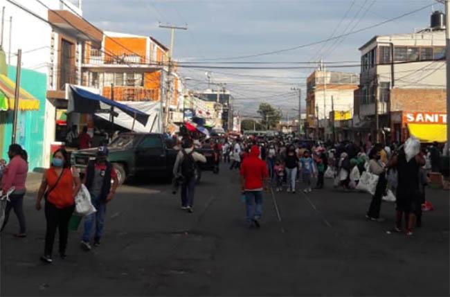 Aún sin tianguis, calles de Atlixco registran gran cantidad de personas