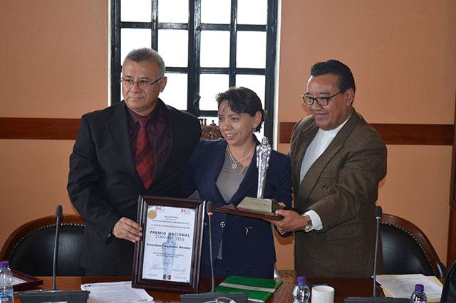 Alcaldesas de Tehuacán y Cuayuca presumen premios patito