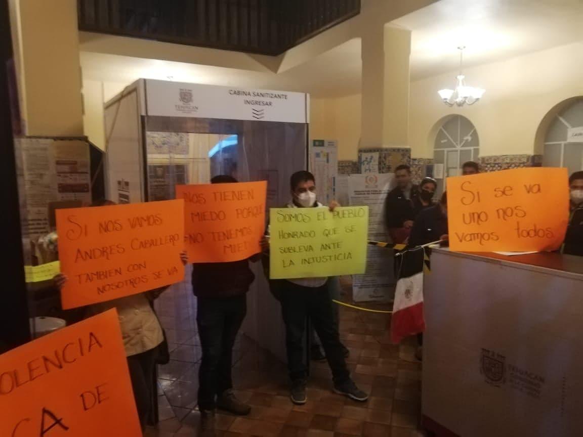 Toman edificio municipal por baja repentina de directora de Ingresos en Tehuacán