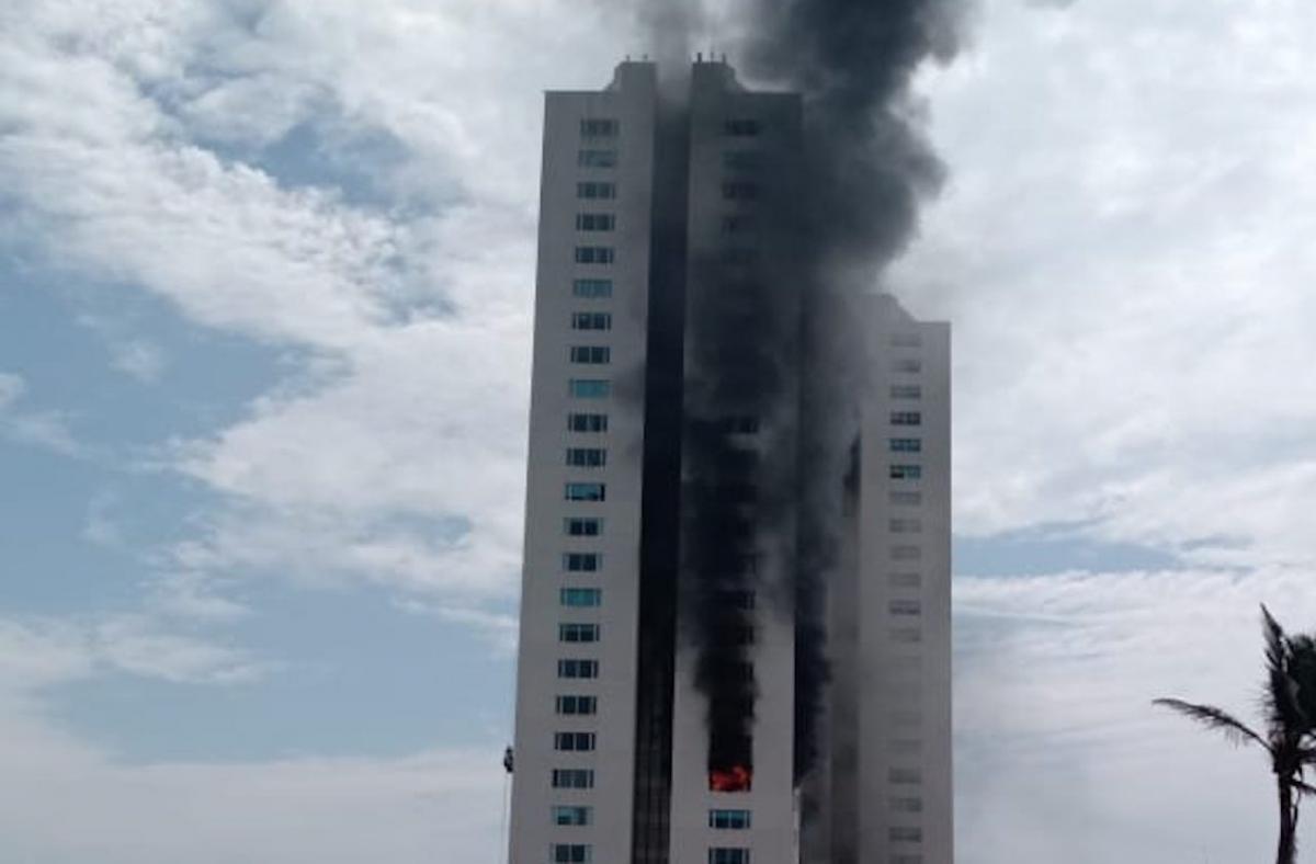 VIDEO Alarma incendio en Torre JV en zona turística de Veracruz