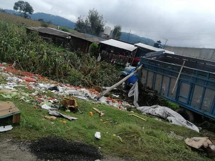 Torton lleno de fruta se impacta contra vivienda en Zacapoaxtla