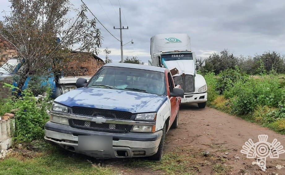 Tres roban tractocamión en Coronango y los detienen