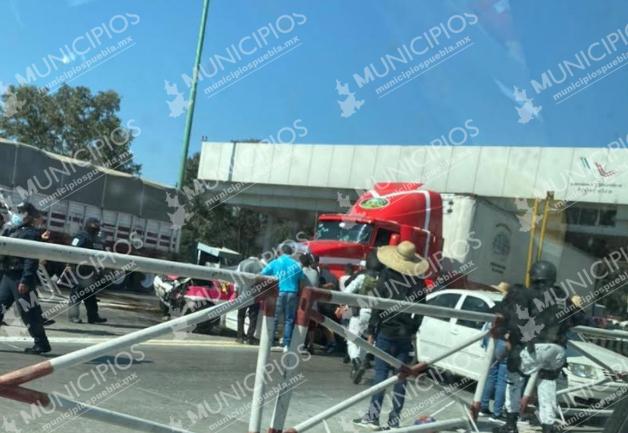 Tráiler se queda sin frenos e impacta a varios autos en la caseta de Amozoc