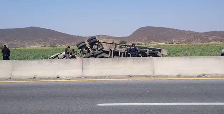 Se registra volcadura de tráiler en la carretera Izúcar-Atlixco