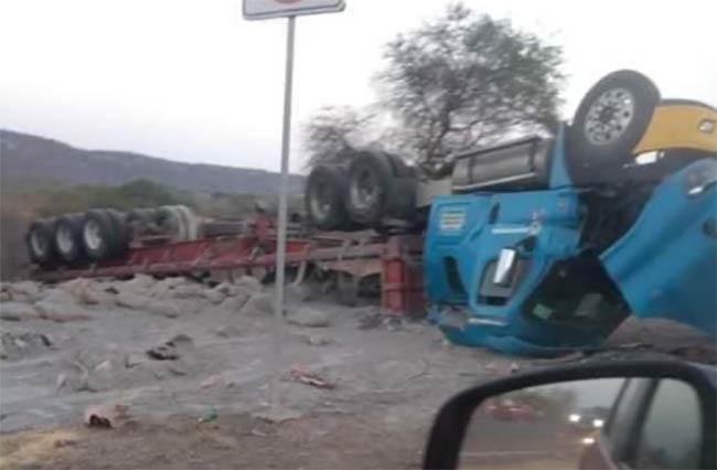 Se voltea camión pesado de materiales en Tehuitzingo