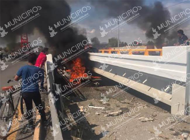 Tras volcar tráiler se incendia en la México-Puebla a la altura de Huejotzingo