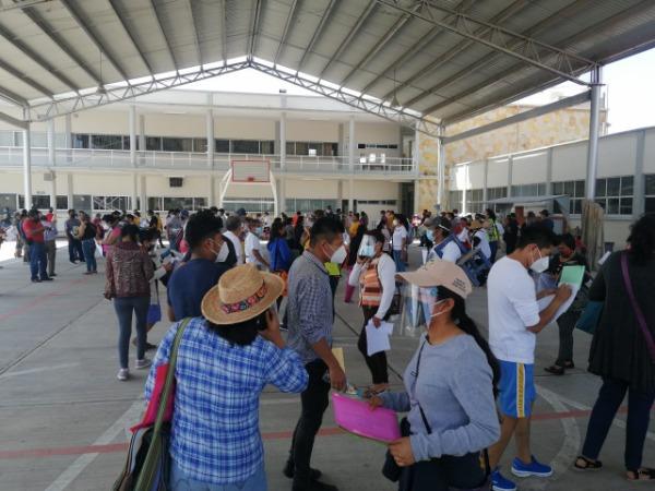 Forman larga fila en Tehuacán para pre-registro de vacuna anticovid