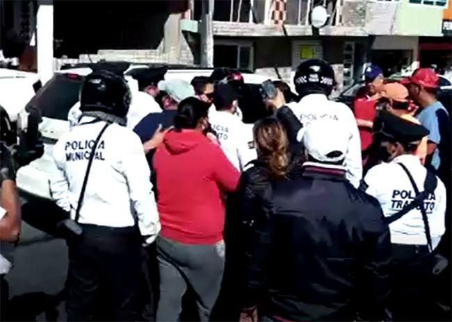 En Texmelucan agentes de Tránsito amedrentan a motociclistas con desarmadores