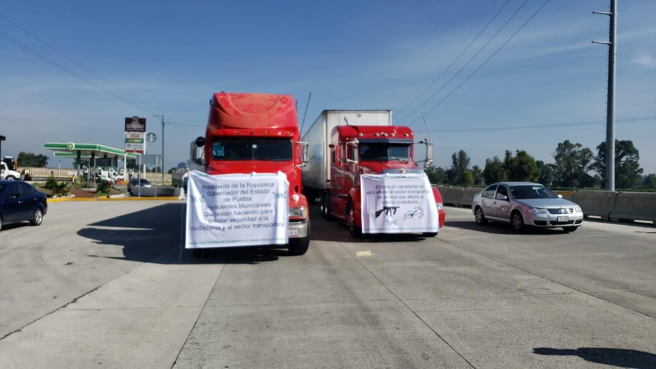 Transportistas cierran la México-Puebla para exigir seguridad a AMLO