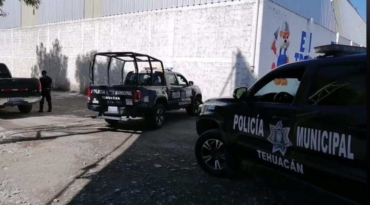 Tractocamión le pasa encima a mecánico y muere en Tehuacán