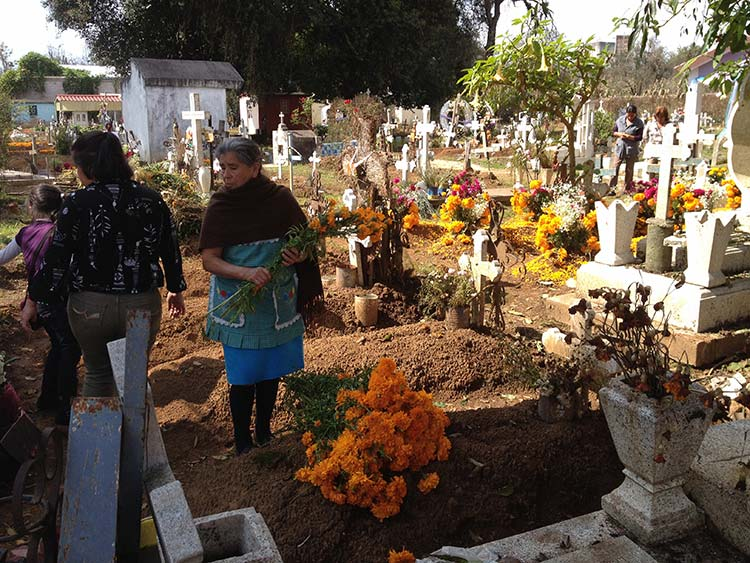 Covid19 rompe tradición de velar a muertos en panteones de Tlacotepec