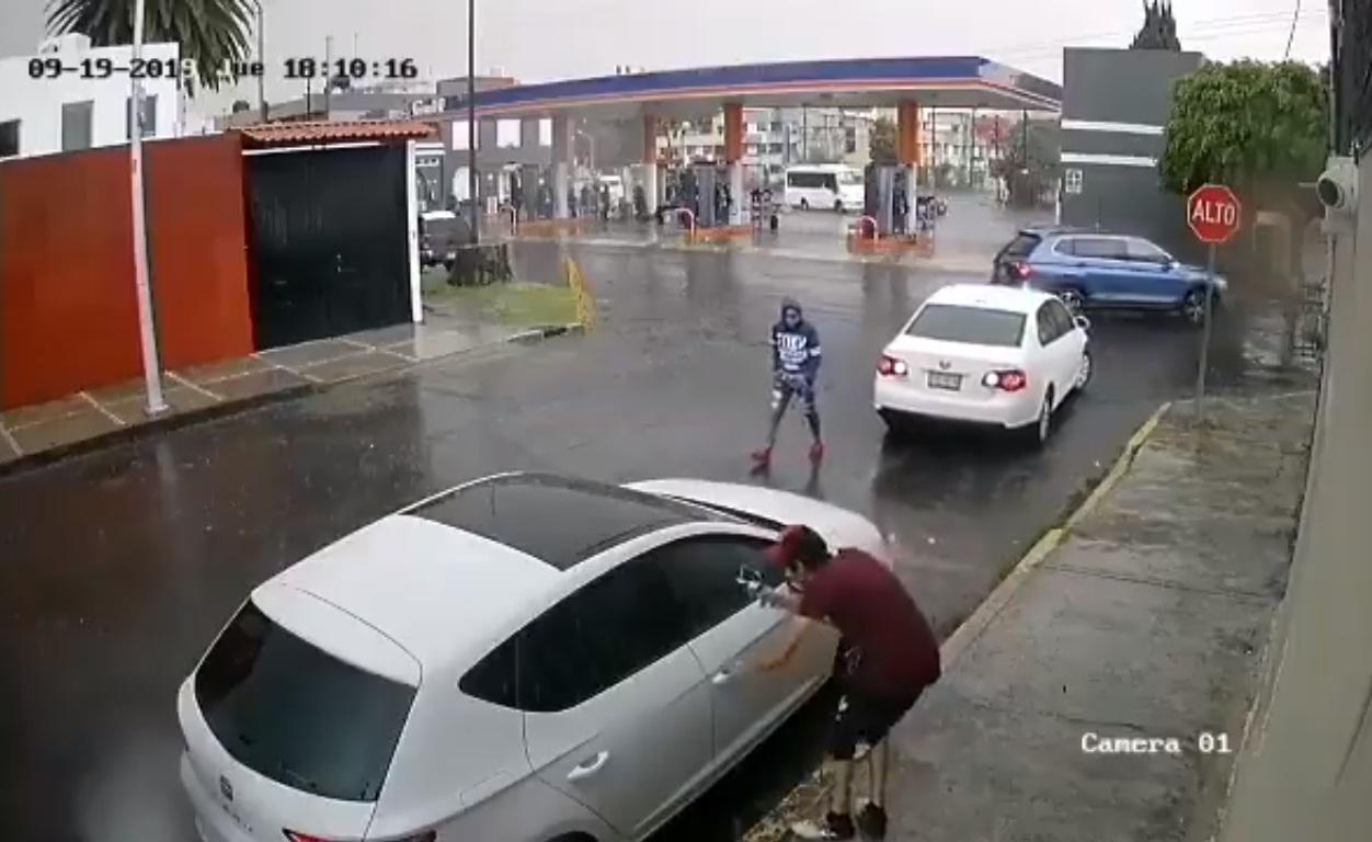 VIDEO Roban Seat en 15 segundos frente a gasolinera en Xonaca