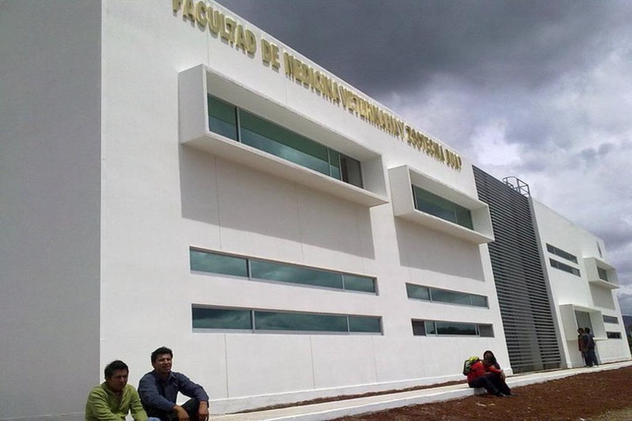 Universitarios piden la restitución de profesor despedido de la BUAP