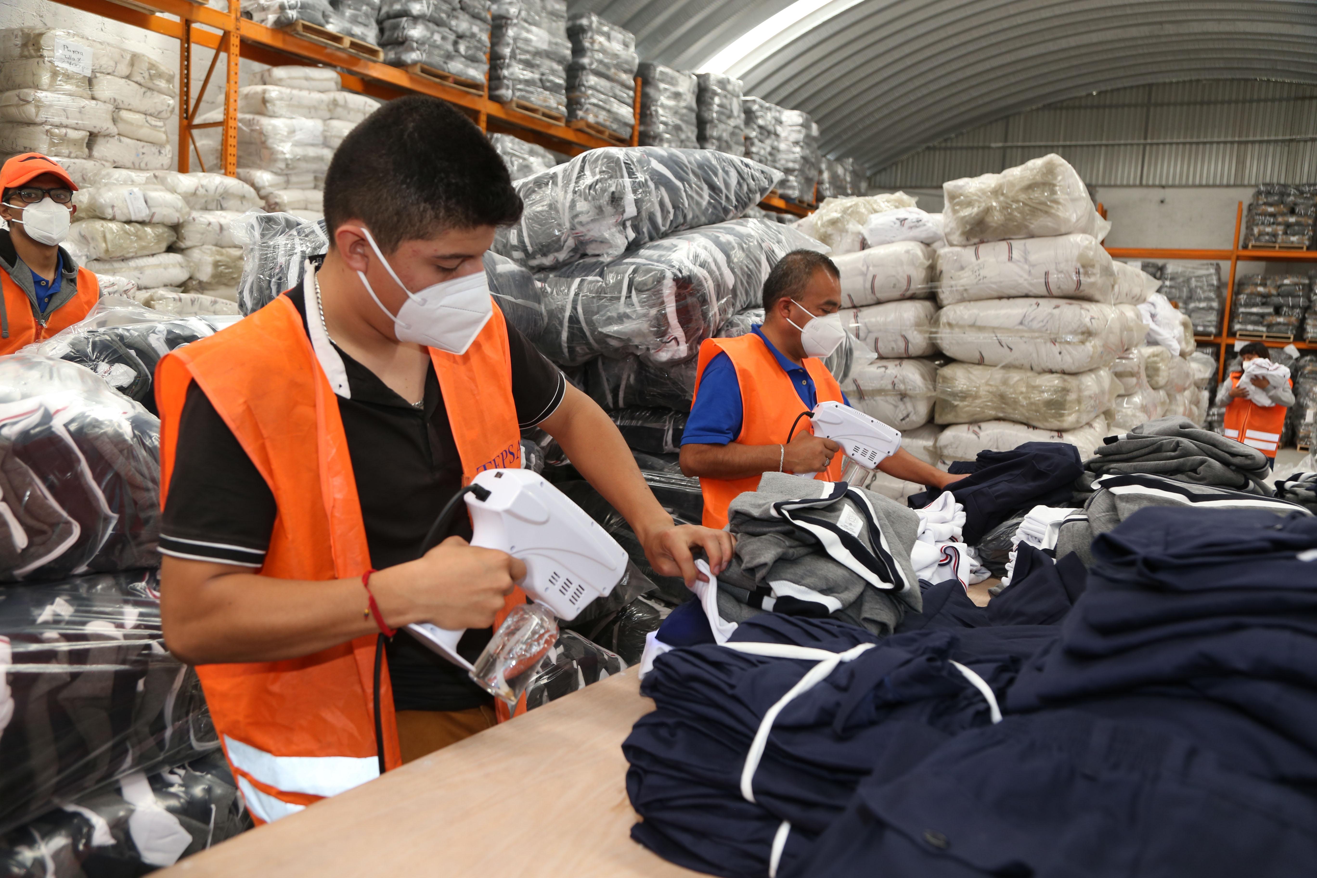 Inicia Gobierno de Puebla entrega de uniformes a través de las CORDEs