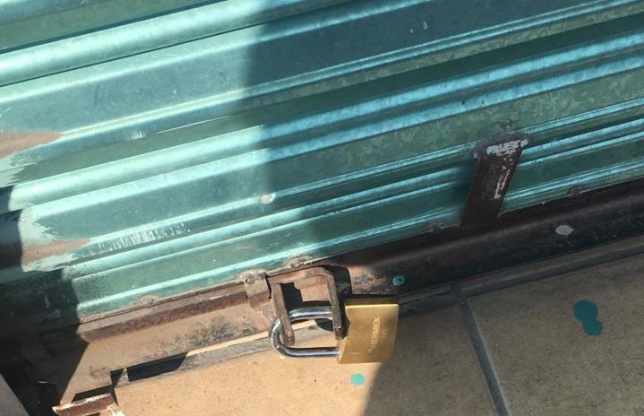 Delincuentes atracan negocio y cambian el candado de la puerta en Atlixco