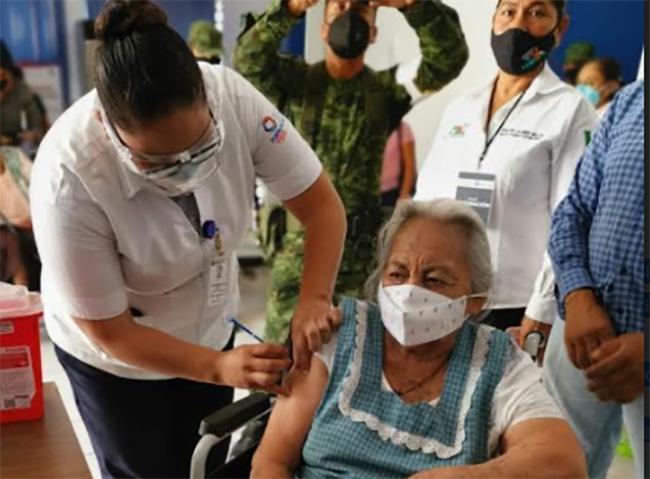 Personas de la tercera edad en Tilapa son vacunadas  contra Covid