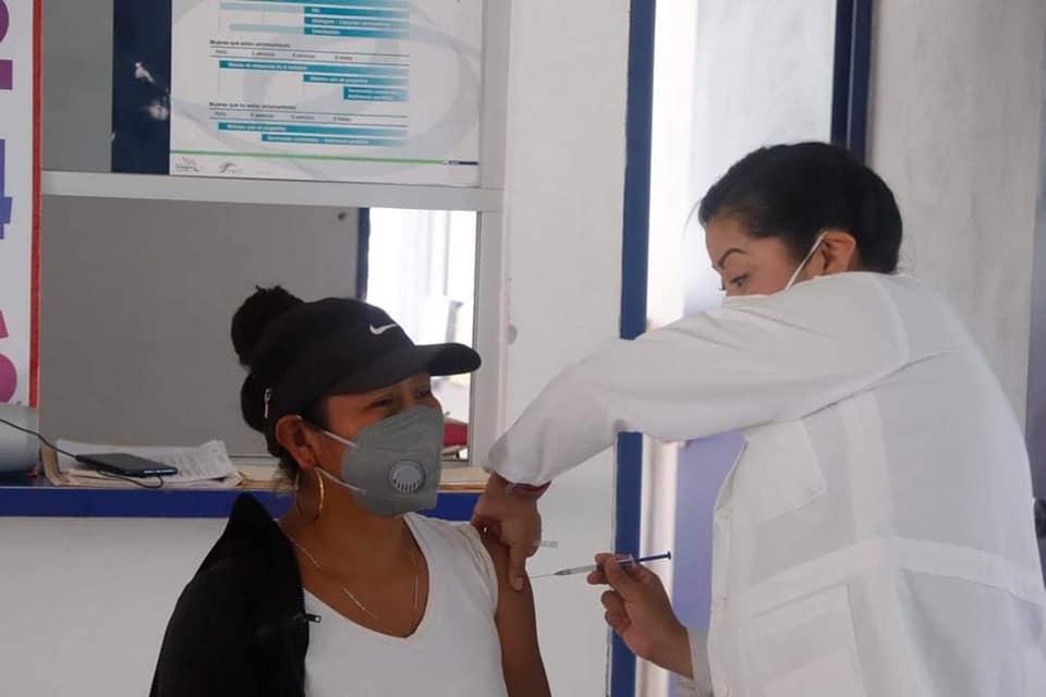 Vacunan este domingo en 49 municipios contra Covid