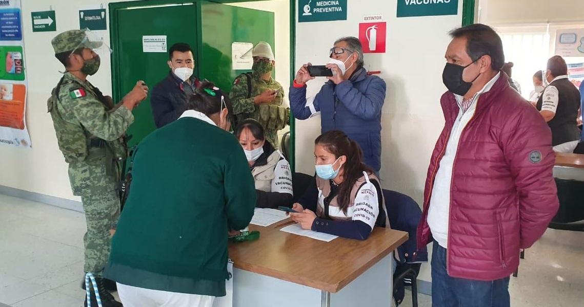 Realizan vacunación de personal médico en San Salvador El Seco