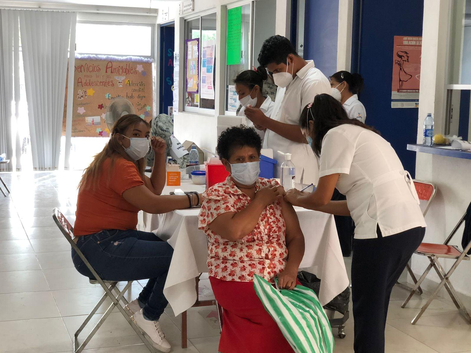 Vecinos de Izúcar temen no recibir segunda dosis de vacuna Covid