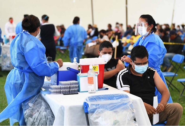 Vacunan desde el viernes a los de 18 y más en área conurbada de Puebla
